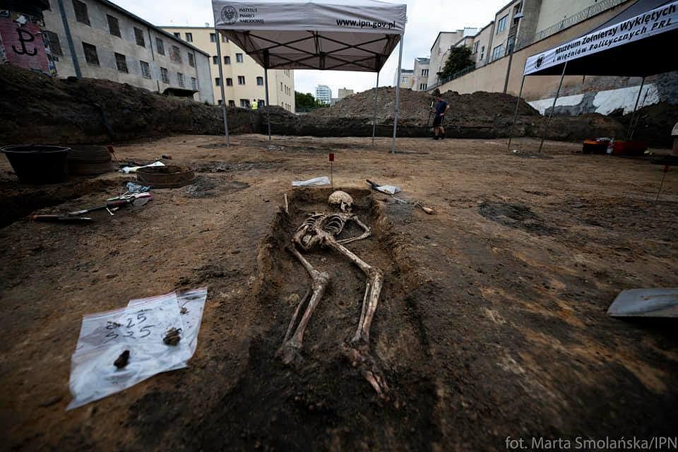 W dawnym areszcie przy Rakowieckiej odkryto szczątki. 'Były pochowane bez trumien'