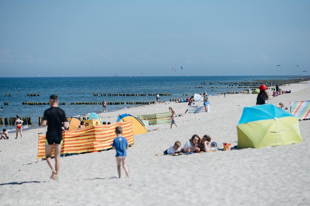 Bon turystyczny. Urlopowicze na plaży we Władysławowie.