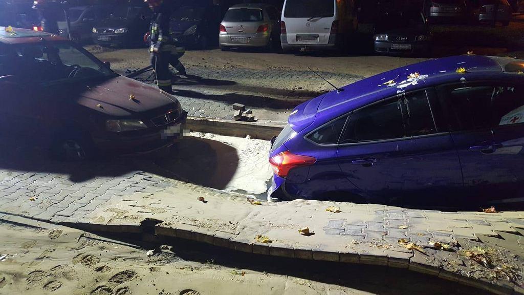 Bielany. Przez pękniętą rurę zapadł się chodnik. Samochody wpadły do dziury