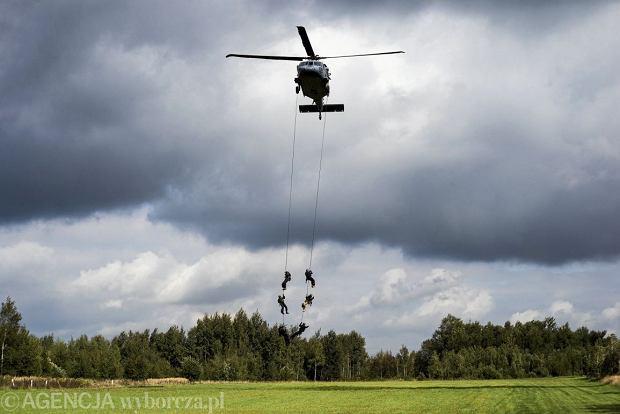 26.09.2019 Poreba . Szkolenie wysokosciowe policji z wykorzystaniem smiglowca Black Hawk w Porebie .Fot. Kamila Kotusz  / Agencja Gazeta *** Local Caption ***