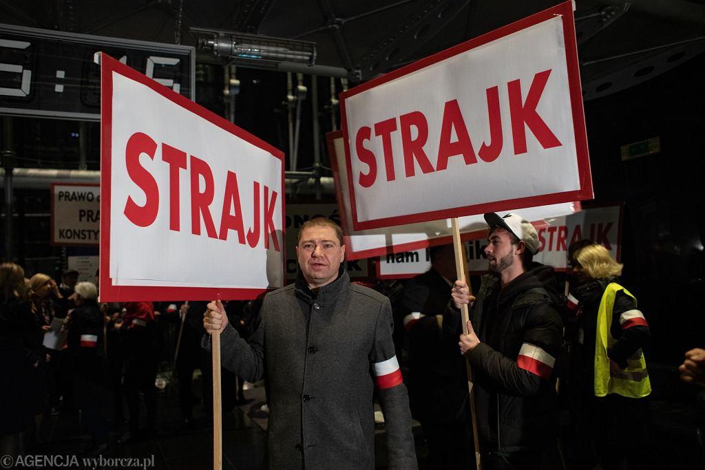 Strajk pracowników PLL Lot. Siedziba firmy przy ul. Komitetu Obrony Robotników 43, Warszawa, 18 października 2018