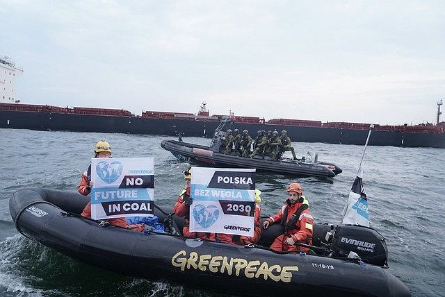Służby wtargnęły na statek należący do Greenpeace, który zablokował transport węgla do portu w Gdańsku
