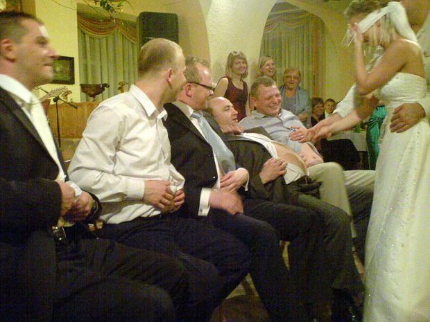 Oczepiny - tradycyjny element polskiego wesela wciąż jest popularny. Na You Tubie można znaleźć filmy z najbardziej ekstremalnymi pomysłami na weselne zabawy.