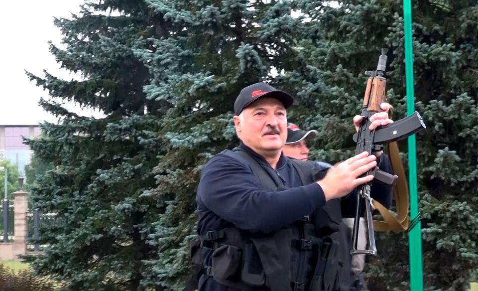 Aleksander Łukaszenka - ostatni dyktator epoki analogowej. Dał się sfilmować z kałasznikowem w ręce. Na Białorusi nie ustają protesty po sfałszowanych przez niego wyborach prezydenckich. Miński, Pałac Niepodległości, 23 kwietnia 2020