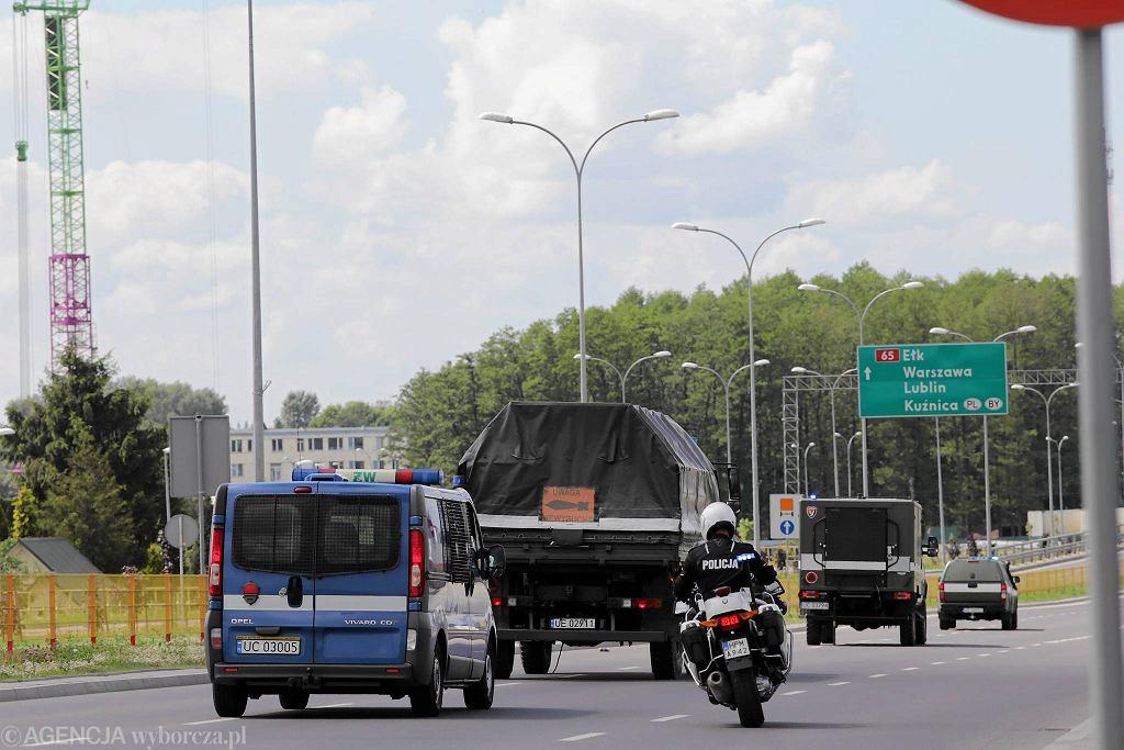 Niewybuch znaleziony przy ul. Ciołkowskiego opuszcza Białystok w specjalnym pojeździe