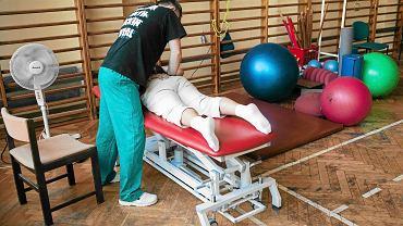 O przyznaniu świadczenia rehabilitacyjnego decyduje lekarz orzecznik ZUS. Dostają je osoby, które po zakończeniu zwolnienia chorobowego nadal nie mogą pracować.