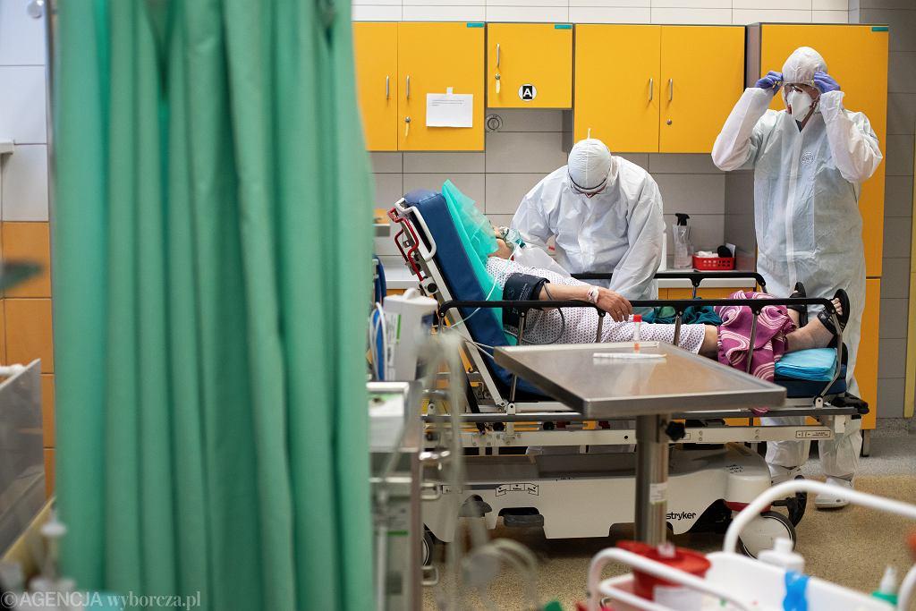 Koronawirus. Liczba dostępnych łóżek dla chorych na COVID-19 jest coraz mniejsza (zdjęcie ilustracyjne)
