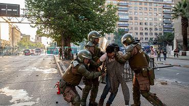 Zamieszki wywołane podwyżką cen biletów komunikacji miejskiej w Santiago, Chile.