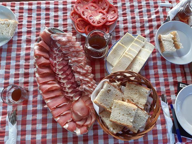 Njeguszki prszut, ser i medovina najlepiej smakują w czarnogórskim interiorze