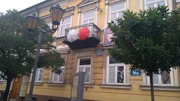 Biało-czerwona wariacja na płockim Młodzieżowym Domu Kultury