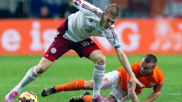 Artjoms Rudnevs w barwach Łotwy w meczu z Holandią