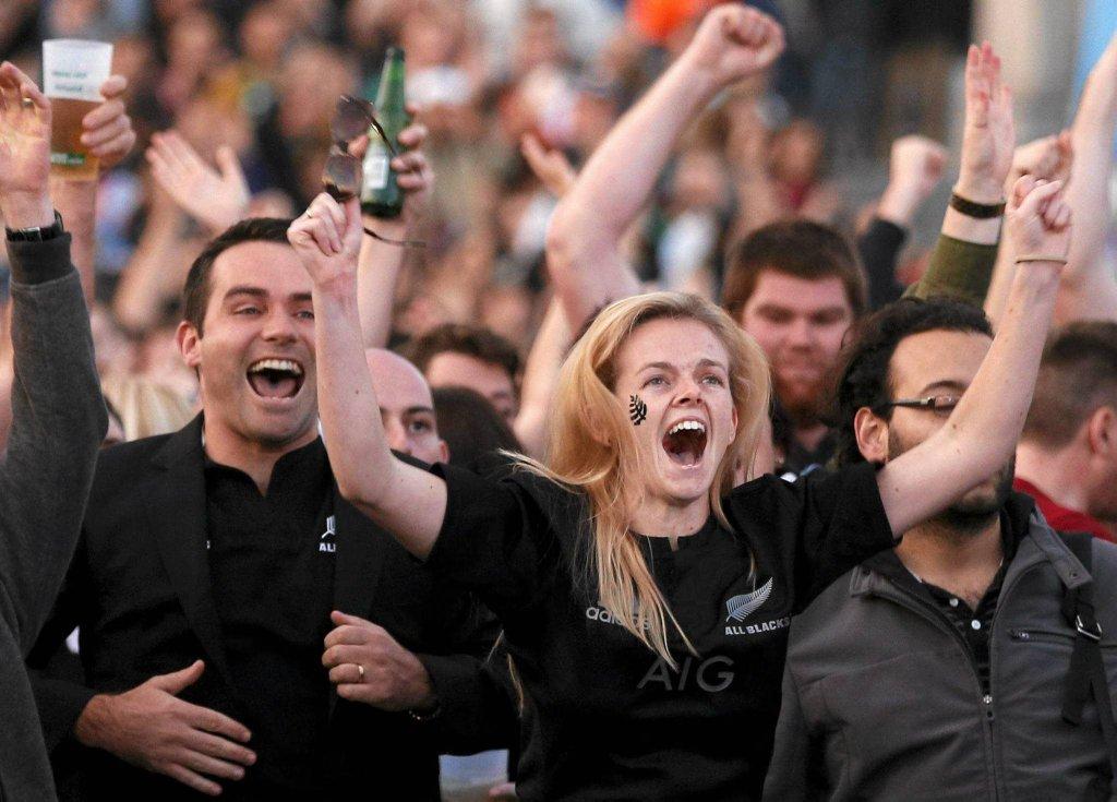 Finał Pucharu Świata w rugby. Wielka radość kibiców All Blacks na Trafalgar Square w Londynie