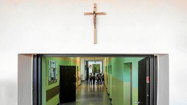 Krzyż zawieszony na korytarzu szkoły podstawowej nr 21 przy ul. Norwida w Poznaniu