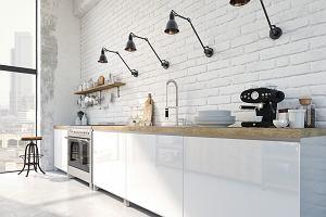 Biała kuchnia z drewnianym blatem. Jaka podłoga?