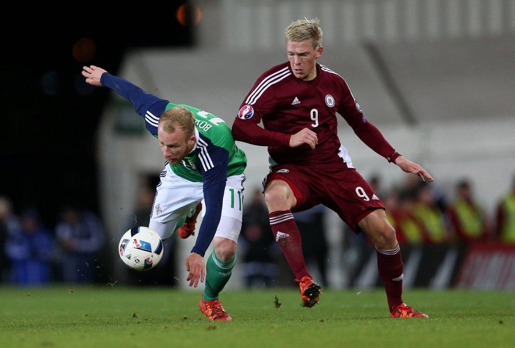 Artjoms Rudnevs w barwach Łotwy w meczu przeciwko Irlandii Północnej