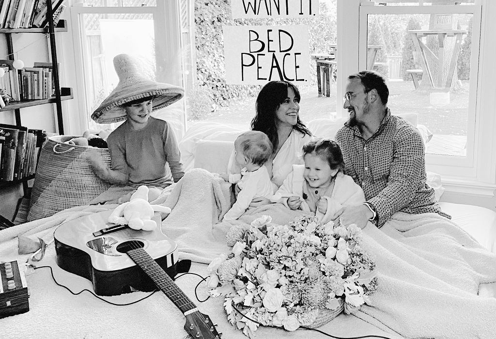Alanis Morissette wykonała świąteczny hit Johna Lennona i Yoko Ono 'Happy Xmas (War Is Over)'