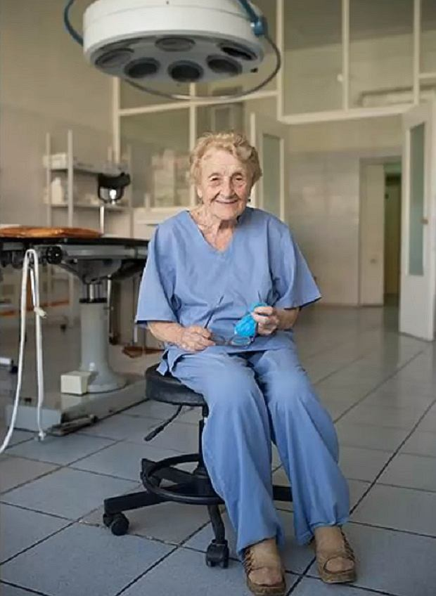Ałła Ilniczna Lewuszkina pracuje jako chirurg już od 68 lat i nie zamierza zwalniać tempa