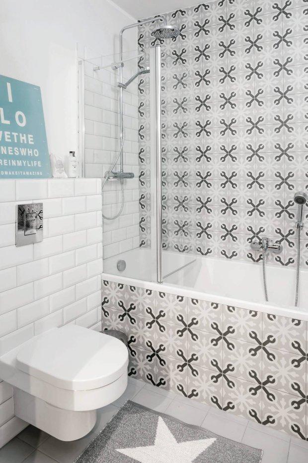 Łazienka, wzorzyste płytki łazienkowe.