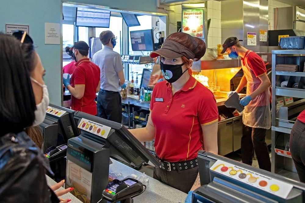 Pracowniczka sieci fast food zasnęła twarzą w kanapce klienta. Wideo to hit w sieci, ale wskazuje też poważny problem