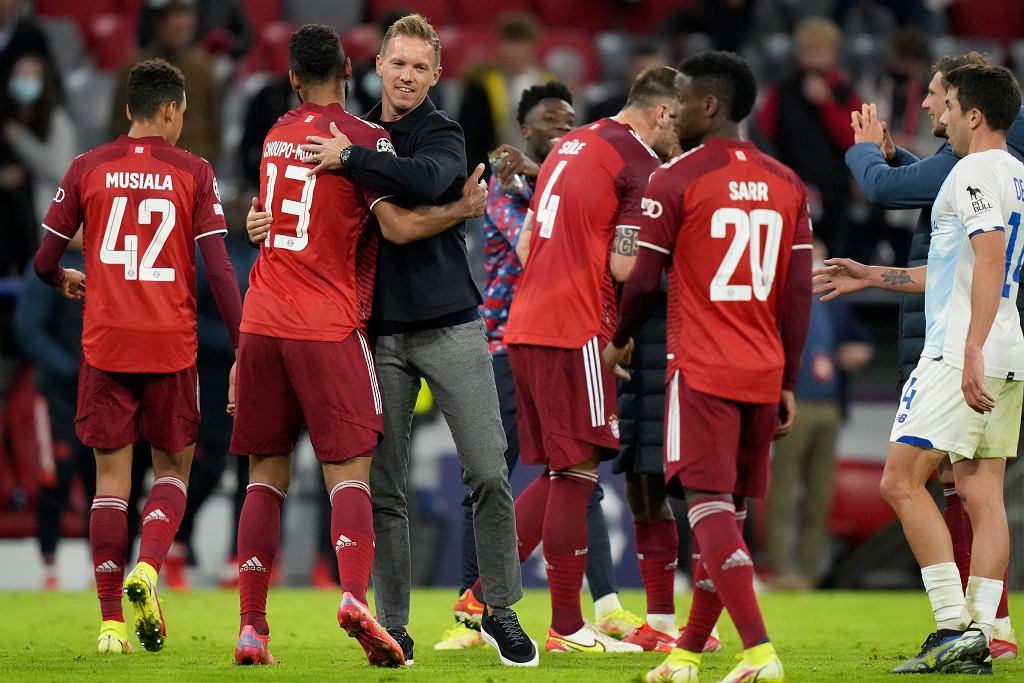 Bayern's head coach Julian Nagelsmann, center, congratulates his players after the Champions League between Bayern and Dynamo (5:0)