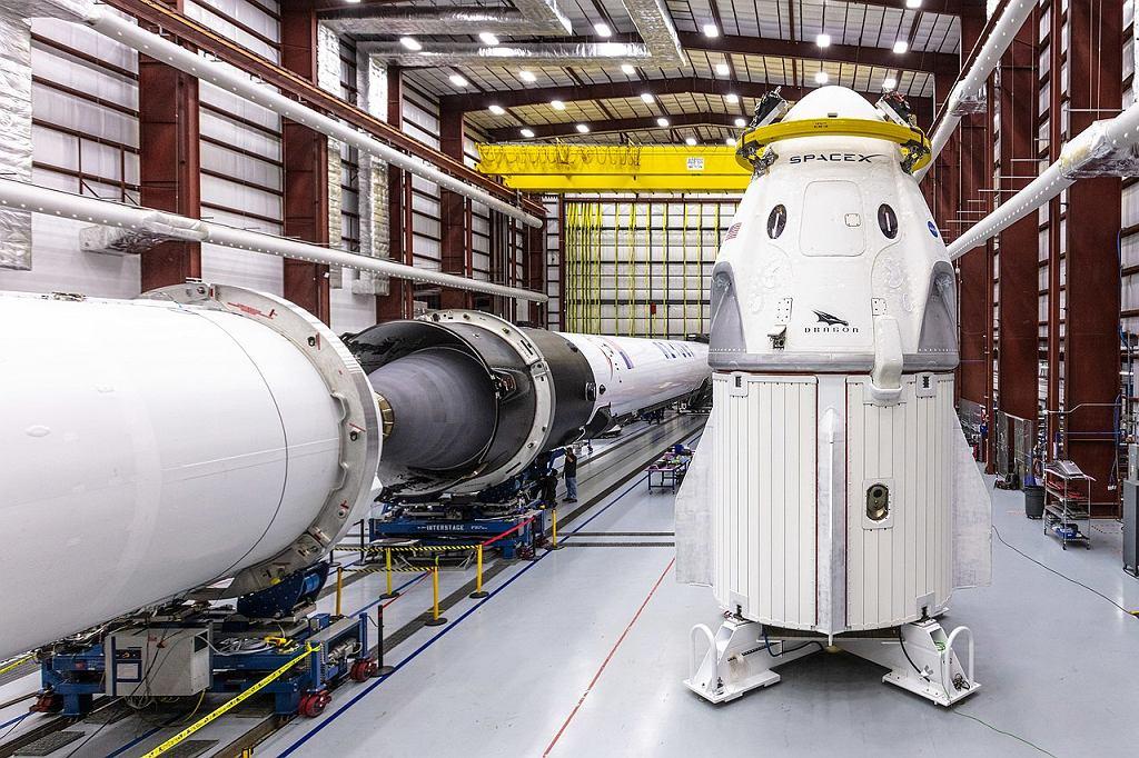 Dragon 2 przed zamontowaniem na szczycie rakiety. Kapsuła a pod nią dodatkowa sekcja
