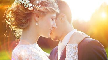 Suknie ślubne 2021 występują w wielu fasonach i kolorach. Zdjęcie ilustracyjne