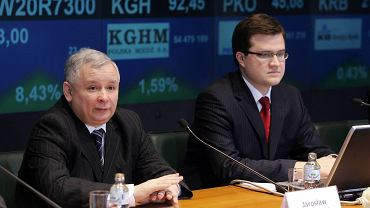 """Jarosław Kaczyński i Michał Krupiński prezentują na giełdzie """"pakiet Kluski"""" dla przedsiębiorców  Marzec 2007 r."""