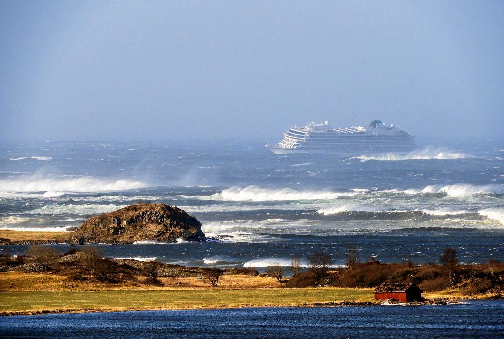 Wycieczkowiec 'Viking Sky' utknął na wodach Morza Norweskiego.