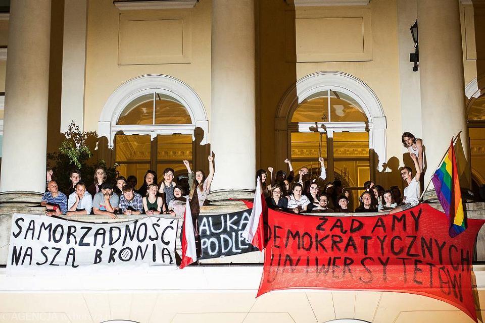 Studenci i pracownicy naukowi UW na balkonie rektoratu, czwarty dzień protestu przeciwko reformie ministra Gowina, 8 czerwca 2018