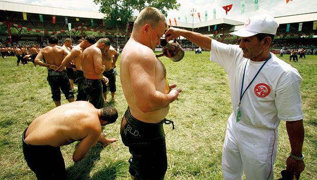 Mój pierwszy raz: tureckie zapasy, sport, mój pierwszy raz, Dla seniorów oliwy z oliwek było pod dostatkiem.
