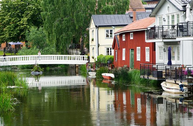 Szwecja, w centrum dom pomalowany w kolorze faluńskiej czerwieni