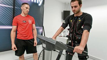Strój z elektrodami, przez które do mięśni docierają impulsy elektryczne. Przez pół godziny można zrobić lekki lub cięższy trening. Nie należy korzystać ze stymulacji częściej niż dwa razy w tygodniu