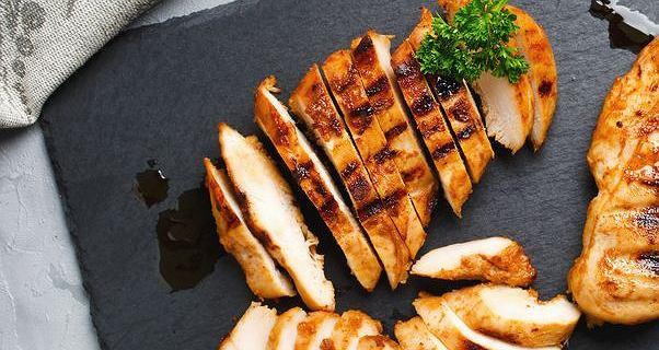 Jak usmażyć filet z kurczaka, by był soczysty? Trzeba wyłączyć gaz w odpowiednim momencie