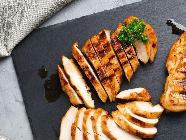 Jak smażyć filet z kurczaka, żeby był idealne soczysty? Przedstawiamy kilka cennych wskazówek