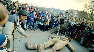 'Jude 2001' - Wieszanie, bicie, odcinanie głowy i paleni kukły Żyda.'Tradycyjny sąd nad Judaszem'. Pruchnik, 13 kwietnia 2001