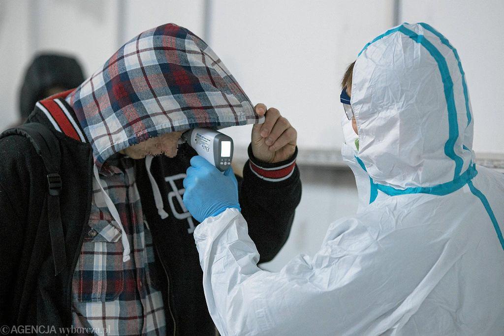 Środki bezpieczeństwa wobec podróżnych na lotnisku w związku z koronawirusem - zdjęcie ilustracyjne