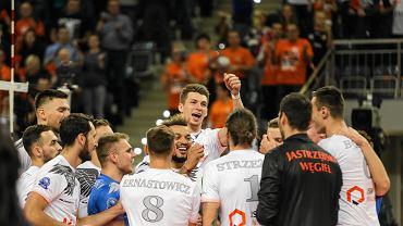 Jastrzębski Węgiel pokazał moc w pierwszym meczu grupy D i ograł do zera mistrza Niemiec Berlin Recycling Volleys Dla śląskiego kluby było to niecodzienne starcie. Od tego sezonu szkoleniowcem berlińczyków jest Australijczyk Luke Reynolds, który w minionym sezonie pracował w Jastrzębiu jako trener przygotowania motorycznego. W niemieckiej drużynie przed laty występował Salvador Hidalgo Oliva - lider JW, który zresztą od dziesięciu lat mieszka na stałe w Berlinie. Miłe wspomnienia związane z niemieckim klubem ma też trener pomarańczowych Mark Lebedew, który dwa lata wywalczył z berlińczykami brązowy medal Ligi Mistrzów. W środę sentymentów jednak nie było, a na boisku górował Jastrzębski. W grupie D rywalizują jeszcze mistrz Rosji Zenit Kazań oraz wicemistrz Francji Spacer's Toulouse VB Jastrzębski Węgiel - Berlin Recycling Volleys 3:0 (25:21, 25:19, 26:24) Jastrzębski Węgiel: Muzaj, Kosok, De Rocco, Kampa, Sobala, Oliva, Popiwczak (l)  Berlin Recycling Volleys: Okolić, Marshall, Kromm, Vigrass, Carroll, Pujol, Perry (l)