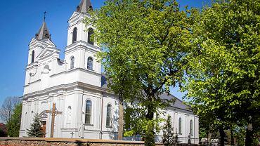 Eurowybory 2019.  Suchowola , geograficzny środek Europy. Kościół parafialny pw. św. Piotra i Pawła
