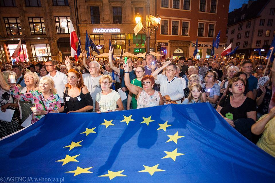 https://bi.im-g.pl/im/29/9f/16/z23723049V,Manifestacja-we-Wroclawiu-w-obronie-Unii-Europejsk.jpg