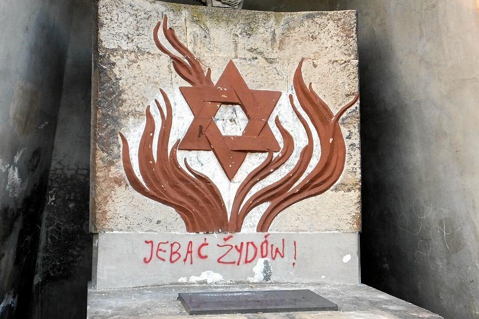 Zdjęcie numer 1 w galerii - Na płockim kirkucie ktoś wymazał na pomniku ofiar Holocaustu: