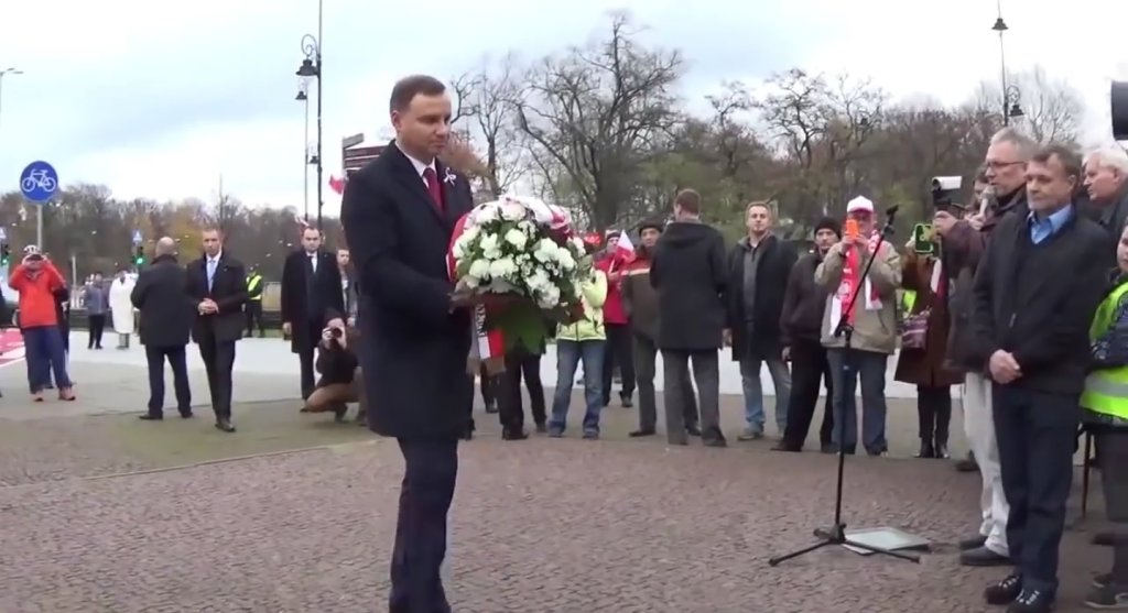 Andrzej Duda z kwiatami
