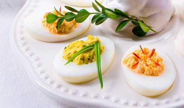 Jajka faszerowane na wielkanocny stół. Kilka pomysłów na prostą przekąskę [PRZEPISY]