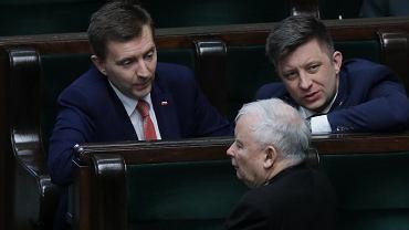 Łukasz Schreiber w Sejmie z Jarosławem Kaczyńskim i Michałem Dworczykiem