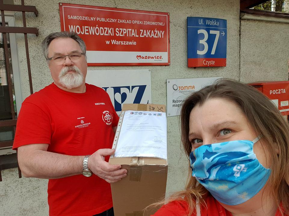 Krzysztof Wolny i Małgorzata Kuczyńska, dostawa przyłbic dla oddziału 11 Wojewódzkiego Szpitala Zakaźnego Samodzielnego Publicznego Zakładu Opieki Zdrowotnej w Warszawie, przy ul. Wolskiej 37.