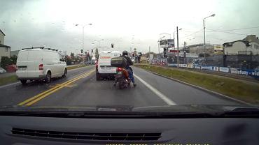 Pijany kierowca jedzie skuterem przez Warszawę. Ale na szczęście natrafił na mądrzejszych od siebie