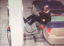 Ten kierowca nie lubi płacić przed tankowaniem. Trudno uwierzyć w to, co zrobił