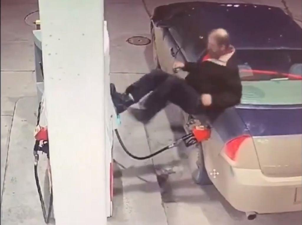 Mężczyzna na stacji paliw w Brandon
