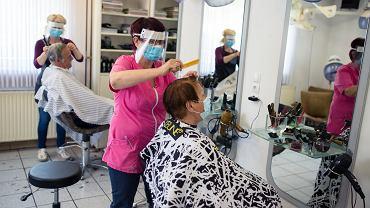 Słowenia, Maribor. Strzyżnie klientów w salonie fryzjerskim