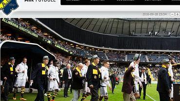 Seniorzy wyprowadzają piłkarzy AIK