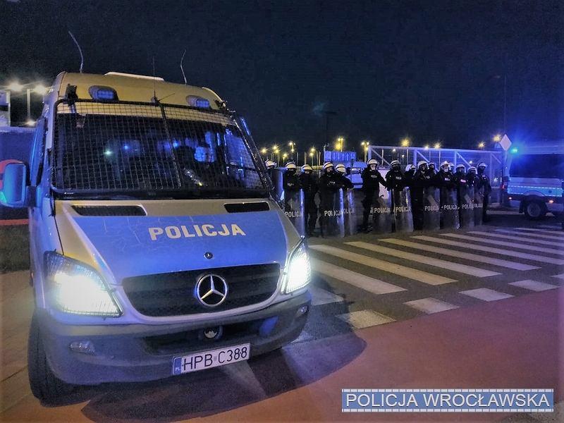 Mecz Śląsk Wrocław kontra Zagłębie Lubin. Pod Stadionem Wrocław zebrali się kibice, którzy nie mogli wejść na mecz. Zgromadzenie zabezpieczała policja